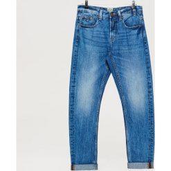 Jeansy COMFORT - Niebieski. Niebieskie jeansy męskie marki Cropp. W wyprzedaży za 79,99 zł.