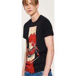 T-shirt Marvel - Czarny. Czarne t-shirty męskie marki House, l, z nadrukiem. Za 59,99 zł.