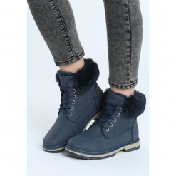 Granatowe Traperki Goldeneye. Niebieskie buty zimowe damskie marki Born2be, z materiału, z okrągłym noskiem, na obcasie. Za 89,99 zł.