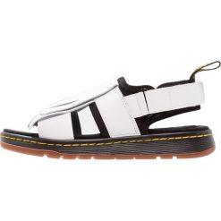 Dr. Martens ROSALIND Sandały white/black. Białe sandały damskie Dr. Martens, z materiału. W wyprzedaży za 356,30 zł.