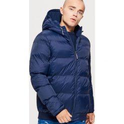 Pikowana kurtka z kapturem - Granatowy. Niebieskie kurtki męskie pikowane marki Cropp, l, z kapturem. W wyprzedaży za 179,99 zł.