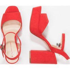 Armani Exchange Sandały na obcasie poppy red. Czerwone sandały damskie Armani Exchange, z materiału, na obcasie. W wyprzedaży za 519,20 zł.