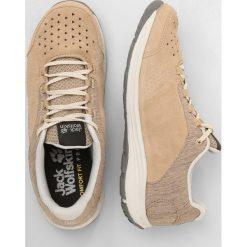 Jack Wolfskin SEVEN WONDERS LOW  Obuwie hikingowe sand dune. Białe buty sportowe damskie marki Nike Performance, z materiału, na golfa. W wyprzedaży za 407,20 zł.