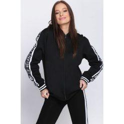 Czarna Bluza Street Style. Czarne bluzy rozpinane damskie Born2be, m, z napisami. Za 59,99 zł.