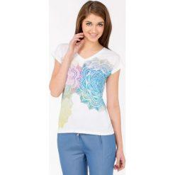 T-shirt z wielobarwnym wzorem. Szare t-shirty damskie marki Monnari, z bawełny, z dekoltem na plecach. Za 39,96 zł.