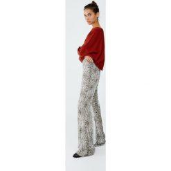 Spodnie piżamowe w wężowy wzór. Szare piżamy damskie Pull&Bear. Za 109,00 zł.