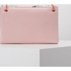 Ted Baker PLOOMI PALACE GARDENS XBODY BAG Torba na ramię duskypink. Różowe torebki klasyczne damskie Ted Baker. W wyprzedaży za 655,20 zł.