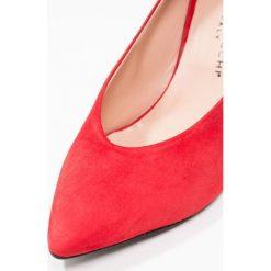 Erika Rocchi Czółenka scarlett. Czerwone buty ślubne damskie Erika Rocchi, z materiału. W wyprzedaży za 471,20 zł.