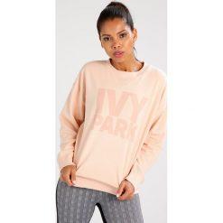 Bluzy damskie: Ivy Park LOGO Bluza blush