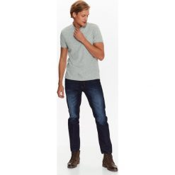 T-SHIRT MĘSKI POLO Z KONTRASTOWĄ STÓJKĄ. Szare koszulki polo marki Top Secret, eleganckie, z chokerem. Za 29,99 zł.