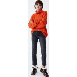 Jeansy mom fit z wysokim stanem. Niebieskie jeansy damskie relaxed fit marki Pull&Bear. Za 79,90 zł.