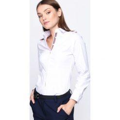 Biała Koszula The Greatest. Białe koszule damskie Born2be, xxl, z kontrastowym kołnierzykiem. Za 29,99 zł.