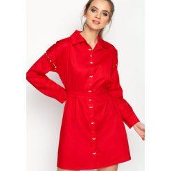 Czerwona Sukienka Sirene. Czerwone sukienki balowe marki Born2be, s, z klasycznym kołnierzykiem, z długim rękawem, koszulowe. Za 89,99 zł.