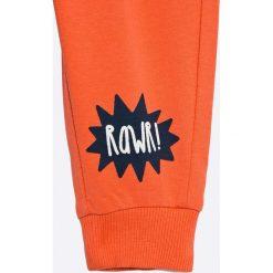 Blu Kids - Spodnie dziecięce 68-98 cm. Czerwone spodnie chłopięce Blukids, z bawełny. W wyprzedaży za 15,90 zł.