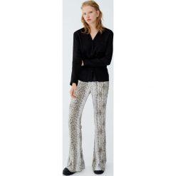 Koszula basic ze stójką. Czarne koszule wiązane damskie Pull&Bear, ze stójką, z długim rękawem. Za 59,90 zł.