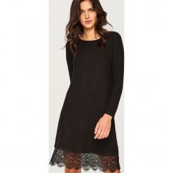 Sukienka z koronkowym dołem - Czarny. Czarne sukienki koronkowe marki Reserved, l. Za 79,99 zł.