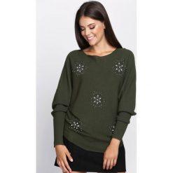 Ciemnozielony Sweter Misty Wind. Szare swetry klasyczne damskie marki Born2be, l, z dzianiny, z okrągłym kołnierzem. Za 69,99 zł.
