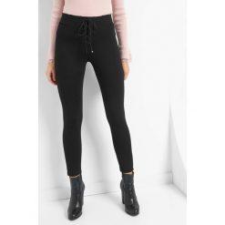 Tregginsy z wiązaniem. Czarne legginsy marki KIPSTA, m, z elastanu, z długim rękawem, na fitness i siłownię. Za 79,99 zł.