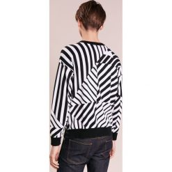 Emporio Armani CREW FINE Sweter fantasia nero. Szare swetry klasyczne męskie marki Emporio Armani, l, z bawełny, z kapturem. W wyprzedaży za 368,55 zł.