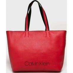 Calvin Klein - Torebka. Czerwone torebki klasyczne damskie Calvin Klein, z materiału, duże. Za 579,90 zł.