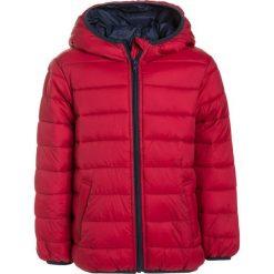 Benetton Kurtka zimowa red. Czerwone kurtki chłopięce zimowe marki Benetton, z materiału. W wyprzedaży za 126,75 zł.