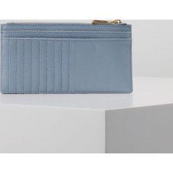 MICHAEL Michael Kors MONEY PIECES SLIM CARD CASE Portfel pale blue. Niebieskie portfele damskie marki MICHAEL Michael Kors. Za 359,00 zł.