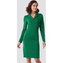 NA-KD Trend Sukienka midi z detalami - Green. Białe długie sukienki marki NA-KD Trend, w paski, z poliesteru, z klasycznym kołnierzykiem. Za 121,95 zł.