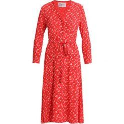 Leon & Harper RAISIN Sukienka koszulowa red. Czerwone sukienki marki Leon & Harper, xs, z materiału, z koszulowym kołnierzykiem, koszulowe. W wyprzedaży za 564,85 zł.