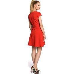 ALLISON Sukienka szmizjerka - czerwona. Czerwone sukienki balowe Moe, do pracy, z klasycznym kołnierzykiem, dopasowane. Za 129,99 zł.