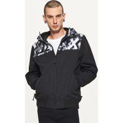 Kurtki sportowe męskie: Sportowa kurtka z wzorzystym panelem – Czarny