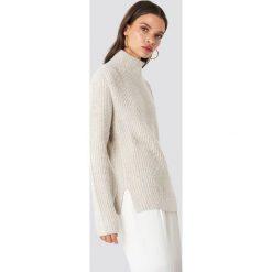 Rut&Circle Sweter z dzianiny Marielle - Beige. Zielone golfy damskie marki Rut&Circle, z dzianiny, z okrągłym kołnierzem. Za 161,95 zł.
