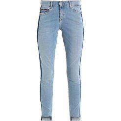 Tommy Jeans MID RISE SKINNY NORA 7/8 Jeans Skinny Fit light blue. Niebieskie jeansy damskie marki Tommy Jeans, z bawełny. W wyprzedaży za 389,35 zł.