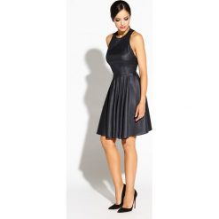 Czarna Sukienka Błyszcząca Rozkloszowana z Wycięciem na Plecach. Czarne długie sukienki Molly.pl, na karnawał, l, z tkaniny, wizytowe, z dekoltem na plecach, z długim rękawem, dopasowane. Za 269,90 zł.