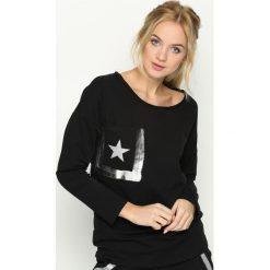 Czarna Bluzka Angle Star. Czarne bluzki asymetryczne Born2be, m, z nadrukiem, retro, z dekoltem w łódkę, z długim rękawem. Za 44,99 zł.