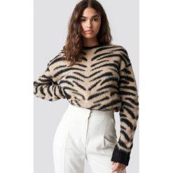 NA-KD Trend Puchaty sweter Zebra - Beige. Białe swetry oversize damskie marki NA-KD Trend, z nadrukiem, z jersey, z okrągłym kołnierzem. Za 202,95 zł.