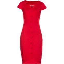 Sukienka dżersejowa bonprix czerwony. Niebieskie sukienki z falbanami marki bonprix, w paski, z bawełny, z dekoltem w serek, moda ciążowa, plisowane. Za 89,99 zł.