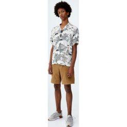 Koszula z wiskozy z etnicznym wzorem. Białe koszule męskie na spinki Pull&Bear, m, z wiskozy. Za 27,90 zł.