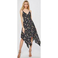 Answear - Sukienka Garden of Dreams. Szare sukienki asymetryczne ANSWEAR, na co dzień, l, z materiału, casualowe, z asymetrycznym kołnierzem, na ramiączkach. W wyprzedaży za 99,90 zł.