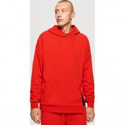 Czerwona bluza z kapturem - Czerwony. Czerwone bejsbolówki męskie Cropp, l, z kapturem. Za 119,99 zł.