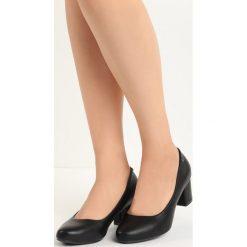 Czarne Czółenka Compelle. Czarne buty ślubne damskie marki Born2be, z okrągłym noskiem, na niskim obcasie, na słupku. Za 59,99 zł.