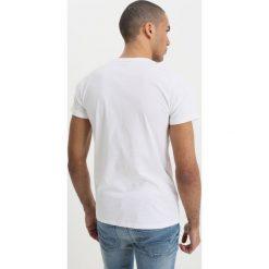 T-shirty męskie z nadrukiem: Scotch & Soda CREWNECK TEE WITH LOGO CHEST ARTWORKS Tshirt z nadrukiem denim white