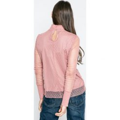 Vero Moda - Bluzka. Różowe bluzki z odkrytymi ramionami Vero Moda, l, z elastanu, casualowe, ze stójką, z krótkim rękawem. W wyprzedaży za 39,90 zł.