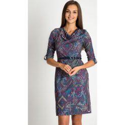 Sukienka z orientalnym wzorem z dekoltem woda QUIOSQUE. Fioletowe sukienki dzianinowe marki QUIOSQUE, z nadrukiem, wizytowe, z dekoltem na plecach, z długim rękawem, proste. W wyprzedaży za 139,99 zł.
