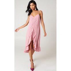 NA-KD Boho Sukienka midi z marszczeniem z przodu - Pink. Niebieskie sukienki boho marki NA-KD Boho, na imprezę, w koronkowe wzory, z koronki, na ramiączkach, mini. Za 40,95 zł.