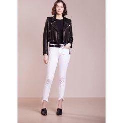 True Religion HALLE DESTROYED Jeans Skinny Fit optic white. Białe rurki damskie True Religion. W wyprzedaży za 775,20 zł.