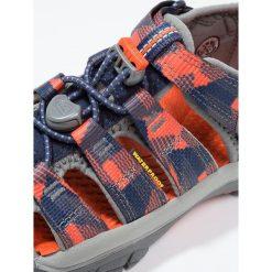 Keen NEWPORT H2 Sandały trekkingowe dress blues/koi. Czerwone sandały chłopięce marki Keen, z materiału. W wyprzedaży za 148,85 zł.