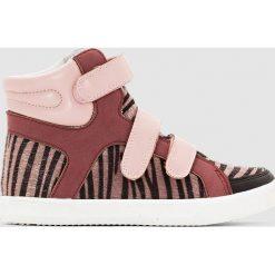 Wysokie trampki, nadruk imitujący skórę tygrysa. Czerwone buty sportowe dziewczęce La Redoute Collections, z nadrukiem, z materiału, z paskami. Za 105,00 zł.