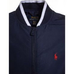 Polo Ralph Lauren VARSITY OUTERWEAR Kurtka Bomber newport navy. Niebieskie kurtki chłopięce Polo Ralph Lauren, z bawełny. Za 459,00 zł.
