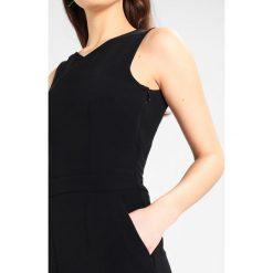 IVY & OAK CROSSED Kombinezon black. Czarne kombinezony damskie marki IVY & OAK, z elastanu. W wyprzedaży za 599,25 zł.