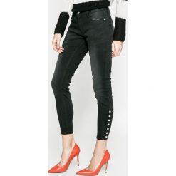 Only - Jeansy Carmen. Czarne jeansy damskie rurki marki ONLY, z bawełny, z obniżonym stanem. W wyprzedaży za 119,90 zł.